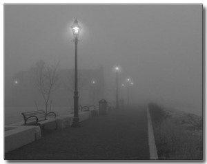 L'immagine di una via cittadina avvolta nella nebbia. Tipica  suggestione alla Maigret