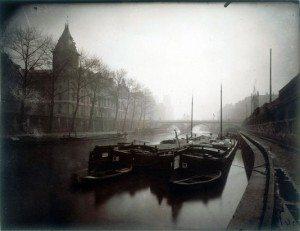 Fotografia di Eugène Atget: La Conciergerie et la Seine brouillard