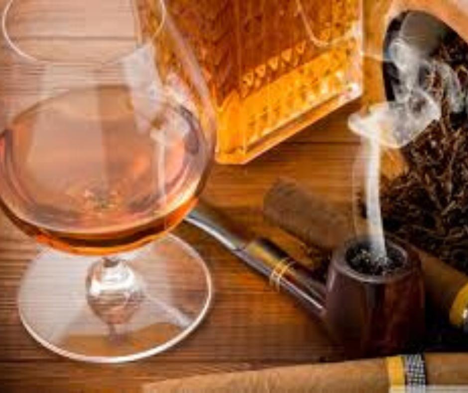 Il classico bicchiere da Cognac ed un filo di fumo che sale dalla pipa: il mito.