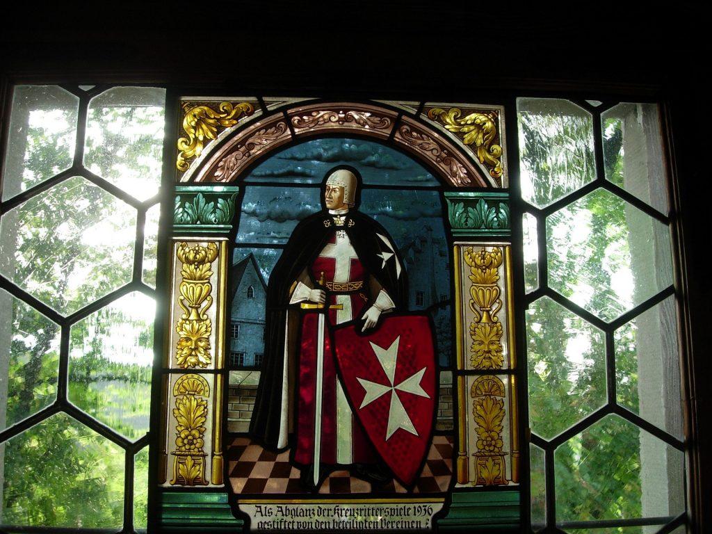 vetrata medievale con cavaliere