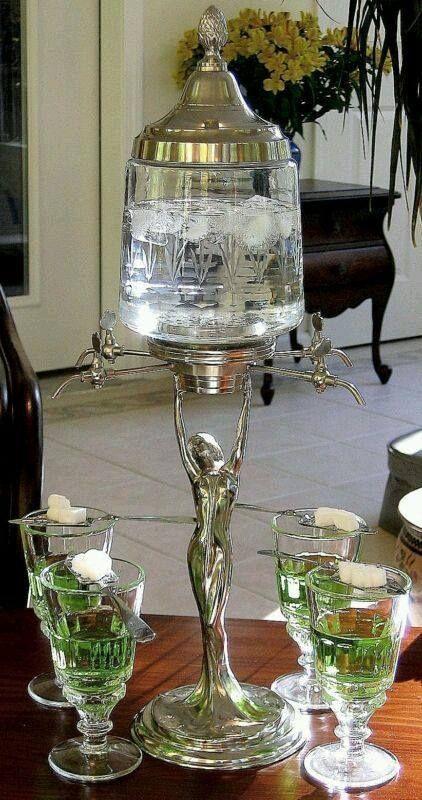 Elegante fontana per l'assenzio. L'acqua cade sullo zucchero, goccia a goccia