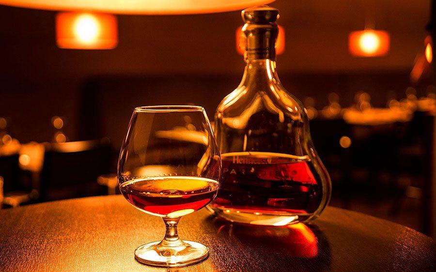 Cognac bottiglia e bicchiere
